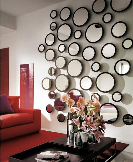 Hay bạn cũng có thể trang trí trên bức tường bằng những chiếc gương tròn với đủ kích cỡ được gắn nổi trên bề mặt tường. Với cách trang trí này bạn sẽ tạo cho phòng khách một bố cục độc đáo mang cá tính riêng.