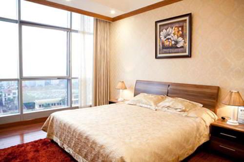 Hiện Hoa hậu Mai Phương Thúy đang sống trong căn hộ chung cư cao cấp trên đường Trần Duy Hưng- Hà Nội. Phòng ngủ của người đẹp được thiết kế đơn giản và nhẹ nhàng. Không gian mở rộng với khung cửa sổ lớn giúp cho Mai Phương Thúy có thể tận hưởng không khí mát mẻ của thiên nhiên.
