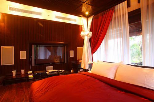 Màu đỏ chủ đạo mang lại sự ấm áp cho không gian phòng ngủ.