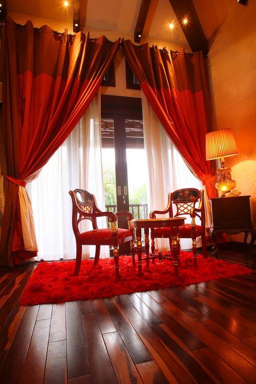 Bộ bàn ghế nhỏ trong phòng ngủ dành cho những giây phút đọc sách hay uống trà.