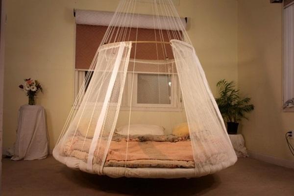 Để có được chiếc giường bay bổng này, bạn sẽ cần một hệ thống treo trên cao với các chốt vững chắc.