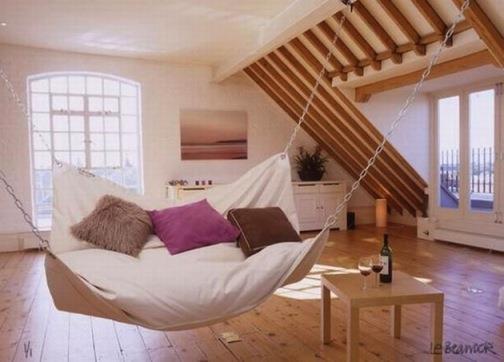 Chiếc giường treo này như một chiếc võng du mục trên tầng áp mái.