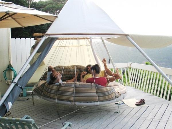 Do được treo lơ lửng cách mặt đất chưa đến 1m, cả gia đình bạn có thể ngồi đung đưa, chuyển động nhẹ nhàng trên chiếc giường này.