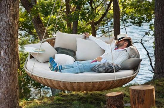Bạn có thể đặt chiếc giường này bất kể ở đâu, thậm chí treo cả lên thân cây trong vườn nhà.