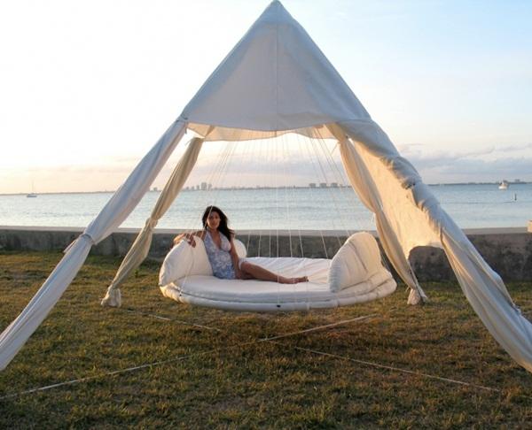 Còn gì tuyệt vời hơn khi được tận hưởng không khí trong lành bên cạnh những hồ nước trên chiếc giường như thế này.