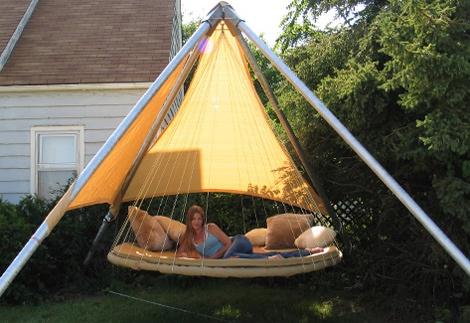 Còn những khi trời nắng, bạn có thể che một phần giường bằng tấm bạt hữu dụng và yên tâm ngủ một giấc ngon lành, hòa mình giữa thiên nhiên.