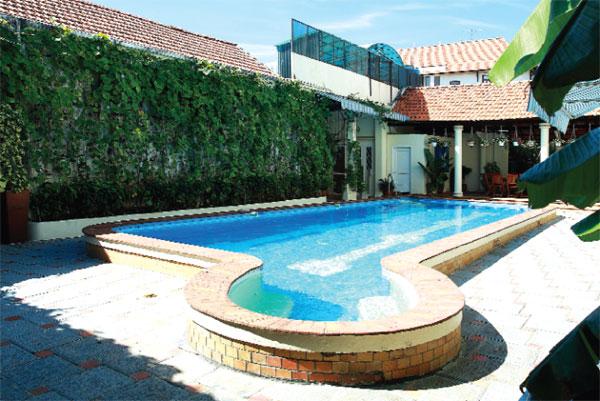 Biệt thự còn có bể bơi ngoài trời trong vắt. Đây là nơi thư giãn của gia đình cô sau ngày làm việc căng thẳng.