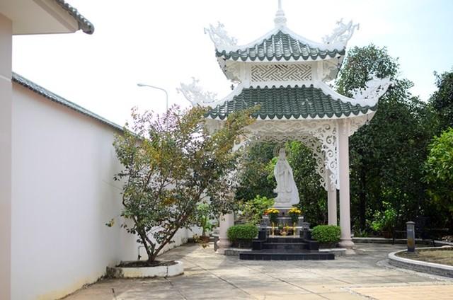 Bức Tượng Phật Bà Quan Âm đặt ở trước nhà được Việt Trinh mang từ chùa Non Nước về đây sau khi tham gia bộ phim Duyên trần thoát tục. Chị có thói quen trước và sau khi đi làm về đều tới lễ tại tượng Phật này để cầu xin sự bình an, may mắn.