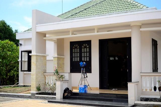 Căn nhà của Việt Trinh được xây theo phong cách hiện đại. Toàn bộ đều có nước sơn màu trắng, sạch sẽ và sáng sủa.