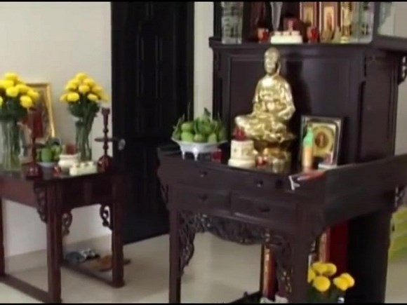 Bước vào bên trong ngôi nhà, mọi đồ vật được bài trí hết sức đơn giản nhưng vô cùng gọn gàng, sạch sẽ và ngăn nắp.