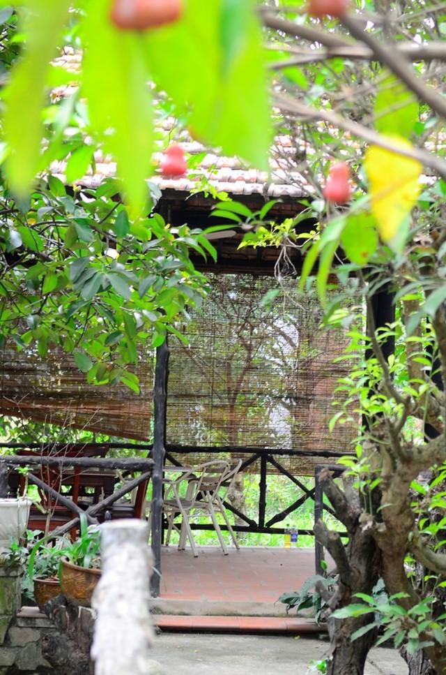 Các lối đi từ nhà ra vườn kéo dài hơn 6-7m, tại đây có hẳn một gian nhỏ dành cho những người yêu thích không gian yên tĩnh rất cách biệt, có thể đọc sách hoặc tiếp đón bạn bè thân. Việt Trinh thường có buổi gặp gỡ báo chí, ghi hình tại đây.