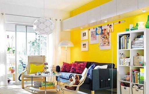 Phòng khách với bức tường và gối tựa lưng màu vàng chanh kết hợp với tông màu nâu trắng tạo cảm giác trẻ trung ấn tượng.