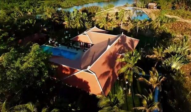 Nhìn từ trên cao biệt thự này không khác một resort.