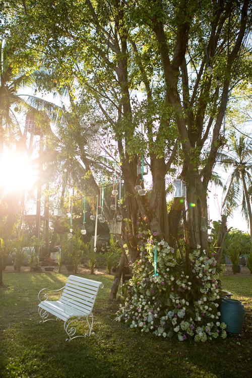 Biệt thự được xây dựng trên một khu đất rộng, trồng rất nhiều cây xanh.