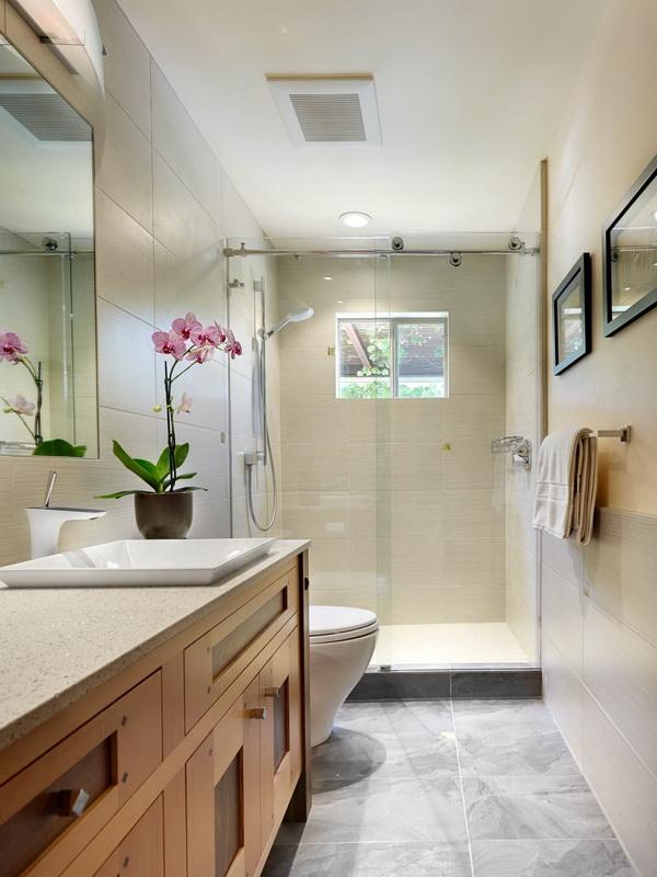 Phòng tắm đứng này sử dụng kính trong suốt tạo được sự thông thoáng cho phòng vệ sinh giúp kín mà như mở.