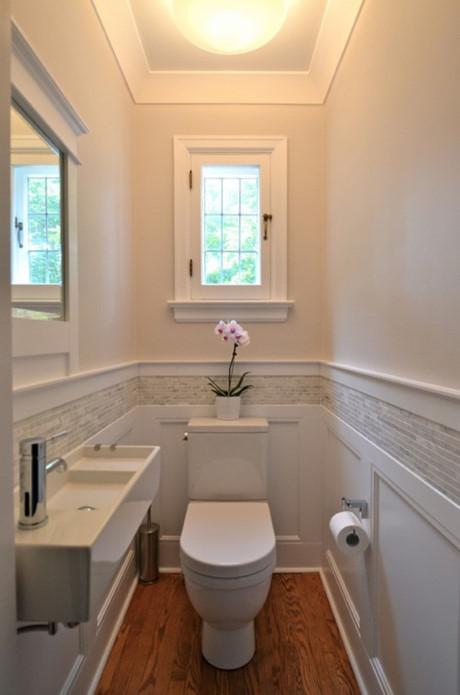 Trong không gian hẹp, việc đặt một tấm gương trên tường sẽ giúp căn phòng trông rộng rãi hơn. Hơn nữa, nó còn giúp phòng tắm nhà bạn trở nên sáng sủa hơn rất nhiều.