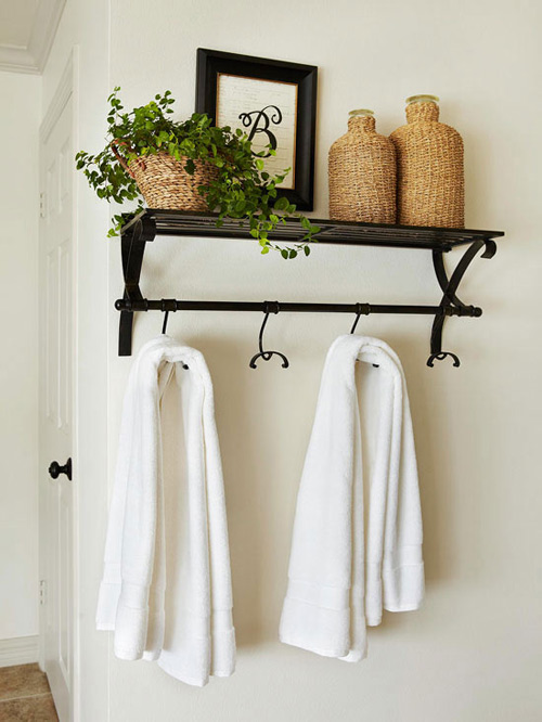 Đặt các thiết bị lên cao sẽ là một giải pháp nới rộng diện tích phòng tắm hiệu quả. Bạn có thể lắp vòi nước trên tường, hay gắn một thanh treo khăn, móc quần áo ở trên cánh cửa phòng tắm.