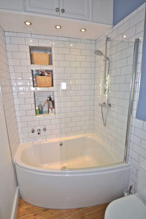 Nội thất trắng giúp không gian phòng tắm tuy nhỏ nhưng vô cùng sáng sủa và bắt mắt.