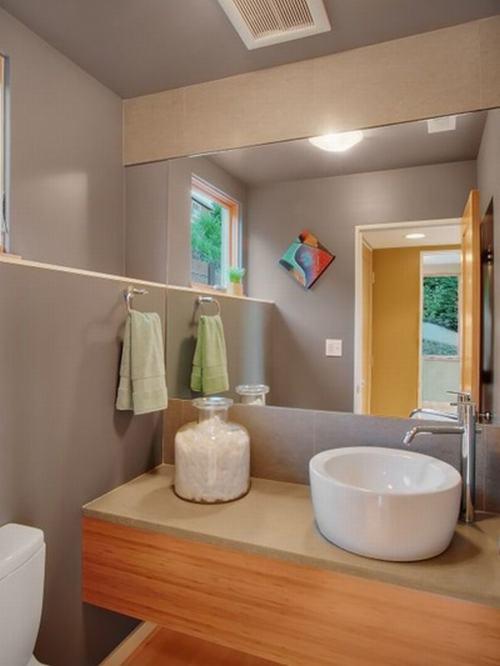 Với không gian nhỏ, bạn nên hạn chế các loại khăn, đồ dùng để phòng được gọn gàng.