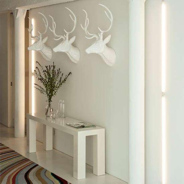 Với khu vực hành lang, bạn chỉ cần thêm những bức tranh tường 3D hoặc các chi tiết trang trí nghệ thuật thế này là đã tạo ra điểm nhấn cho hành lang mà không cần phải sử dụng quá nhiều màu sắc.
