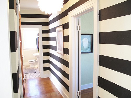 Những sọc kẻ có hiệu ứng kéo dài hành lang vô cùng tốt. Bạn có thể kẻ sọc toàn bộ tường hoặc vẽ hai hoặc ba sọc kẻ nhỏ chạy xuyên suốt hành lang để tạo điểm nhấn hút mắt.