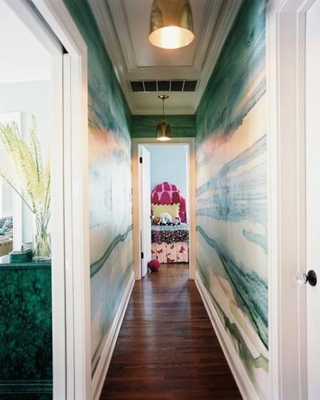 Mọi người sẽ bị thu hút bởi những tấm giấy dán tường lạ mắt, hài hòa với nội thất