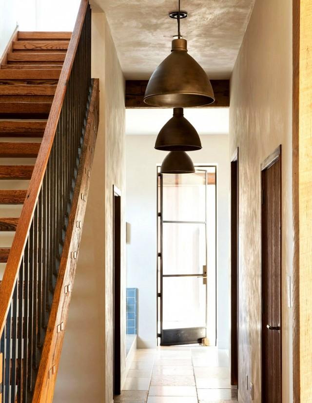 Thay vì sử dụng những chiếc bóng đèn nhỏ treo tường không có gì đặc biệt và thú vị, những chuỗi đèn dây dài thả trên trần xuống là cách trang trí đơn giản cho khu vực hành lang vốn đơn điệu trong ngôi nhà.