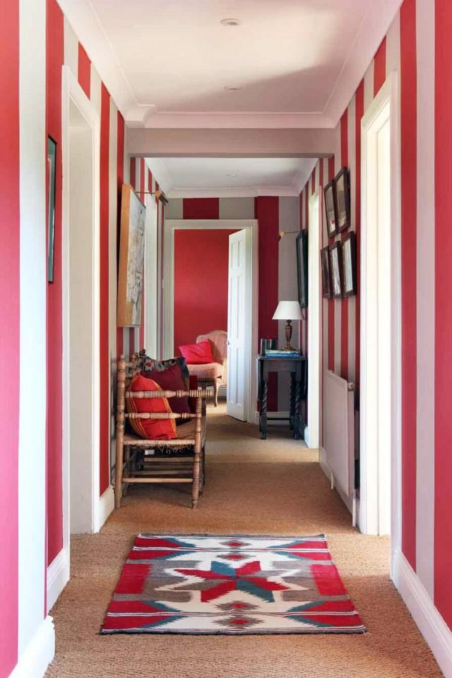 Bạn cũng có thể trang trí hành lang nhà mình bằng cách sơn bức tường dọc dạng sọc theo hành lang với những tông màu mà bạn yêu thích.