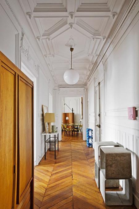 Tính thẩm mỹ của hành lang có được nhờ phần trần nhà cầu kỳ cùng những món đồ trang trí.