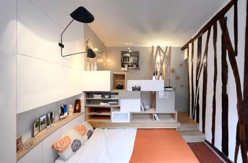 Chiếc giường ngủ có thể gấp mở linh hoạt, phục vụ hai mục đích vừa để ngủ vừa làm ghế sofa tiếp khách.