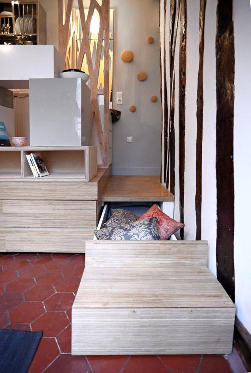 Những bậc thang lên xuống giữa hai không gian này được thiết kế vô cùng đặc biệt làm nơi đựng đồ dùng cần thiết vô cùng hữu dụng.