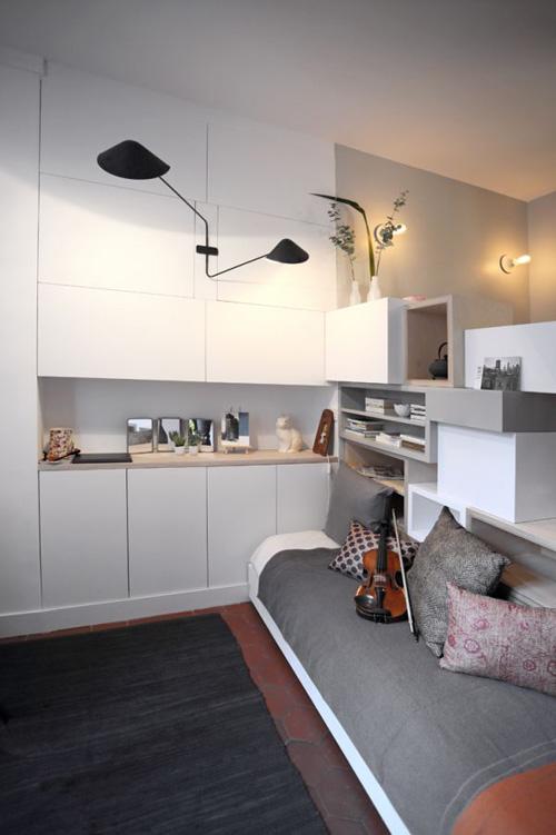Phòng khách kiêm phòng ngủ được sắp xếp một cách vô cùng gọn gàng nhờ sở hữu hệ tủ âm tường.