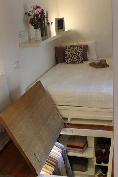 Một phần không gian phía dưới giường được thiết kế nhiều ngăn, giá để lưu trữ quần áo. Cách lưu trữ này giúp căn phòng trở nên gọn gàng và rộng rãi.