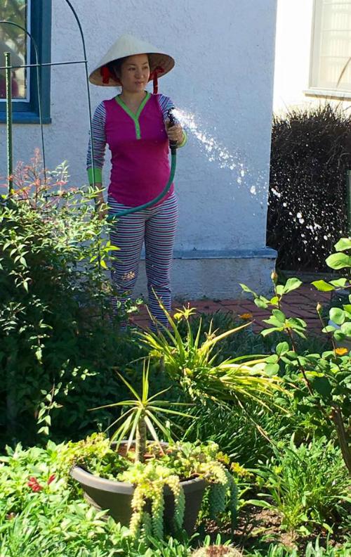 Thúy Nga rất thích tự tay chăm sóc cho những khóm hoa trong vườn nhà. Đây là công việc giúp cô bớt căng thẳng sau những ngày bận rộn.