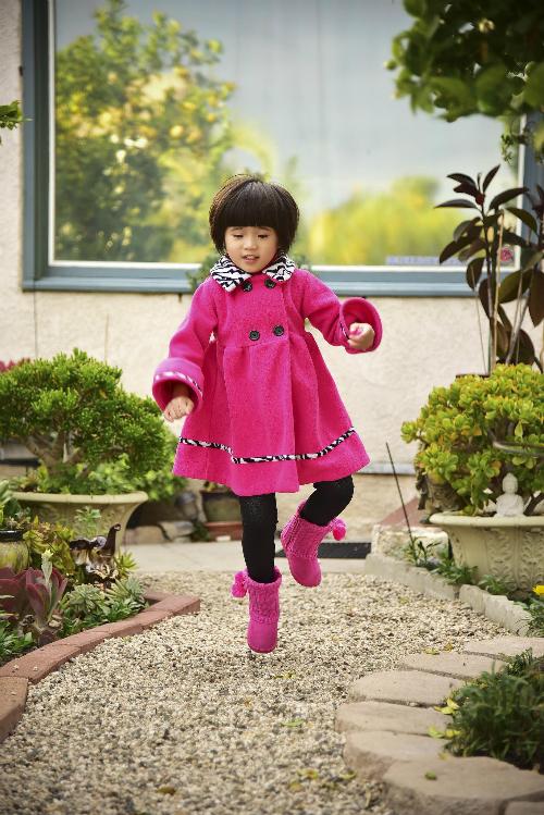 Bé Nguyệt Cát - con gái Thúy Nga rất thích chạy nhảy trên những lối đi được rải sỏi trắng trong vườn nhà.