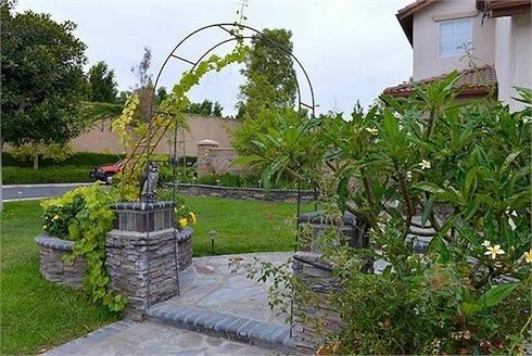 Vườn nhà Thu Phương rộng tới 500m2 luôn tràn ngập màu xanh mướt mắt.