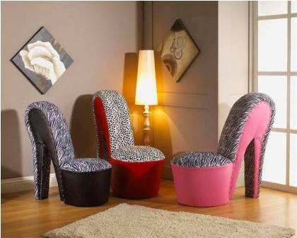 Còn đây là mẫu sofa hình giày cao gót sành điệu và êm ái rất hợp cho các cô nàng.