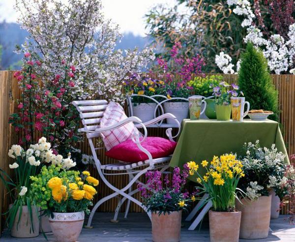 Nếu là một vị chủ nhà yêu thích các loài hoa thì bạn có thể chọn cho mình một kiểu thiết kế ban công. Đây sẽ là nơi thư giãn lý tưởng sau những giờ làm việc căng thẳng.