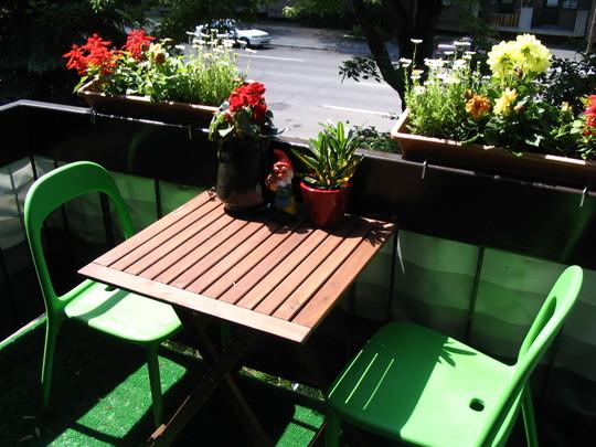 Diện tích tí xíu chẳng ảnh hưởng đến công năng và mơ ước có góc thư giãn ở ban công của chủ nhân. Với bộ bàn nhỏ xinh xắn thế này cũng đủ để thư giãn cho cả nhà bạn.