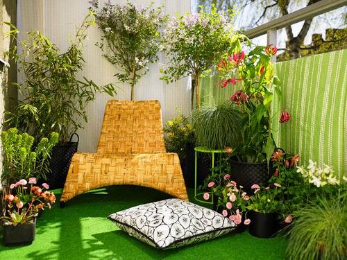 Ý tưởng trang trí ban công bằng thảm màu xanh với cỏ cây hoa lá sẽ mang lại góc thư giãn mát dịu cho gia đình bạn.