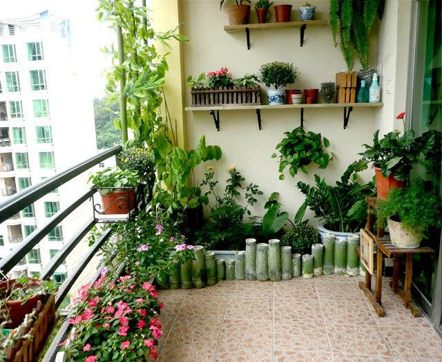Bạn có thể chọn những giỏ hoa, cây cảnh hoặc những bình gốm tạo nét riêng ấn tượng, xanh mát cho ban công nhà bạn.