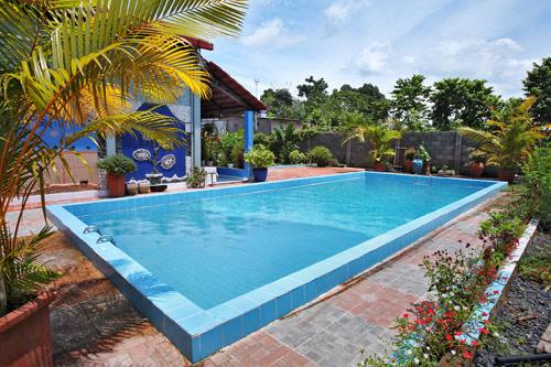 Hồ bơi hình chữ nhật sẽ làm phương hại đến những người sống trong nhà.