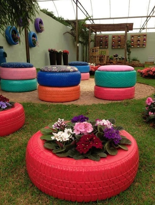 Những chiếc lốp xe cũ vừa có thể trồng hoa vừa có thể làm chiếc ghế ngồi hóng mát ngoài sân vườn.
