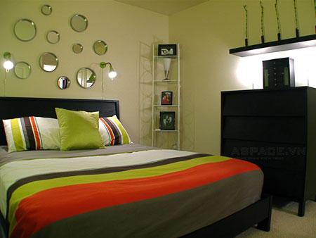 Nếu như phòng ngủ của bạn có diện tích nhỏ hẹp đến mức chỉ đủ để kê một chiếc giường, một chiếc bàn nhỏ và tủ quần áo thì bạn hãy nghĩ ngay đến việc tận dụng chính những đồ dùng cơ bản này làm đẹp cho căn phòng.
