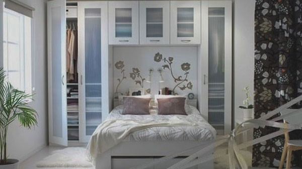 Hệ thống tủ cao sát trần với nhiều không gian lưu trữ là lựa chọn lý tưởng cho phòng ngủ nhỏ.