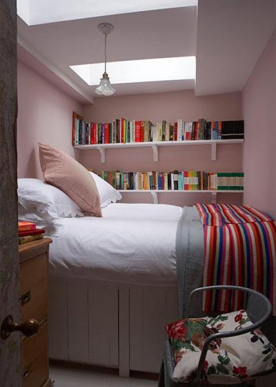 Chỉ đơn giản với khăn trải giường kẻ sọc và kệ sách sát tường cũng đủ giúp mở rộng không gian phòng ngủ nhà bạn ra nhiều tầng.