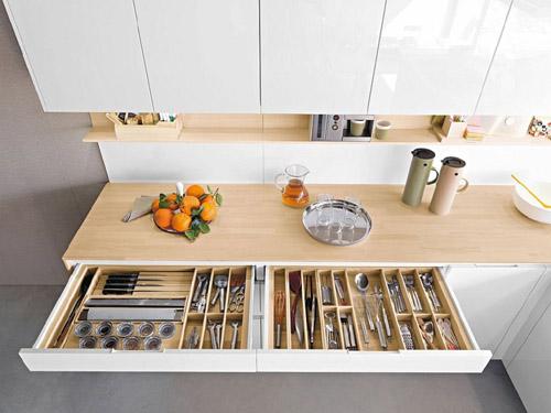 Những ngăn kéo với nhiều ngăn khác nhau thế này là nơi lý tưởng giúp bạn lưu trữ mọi thứ trong nhà bếp.
