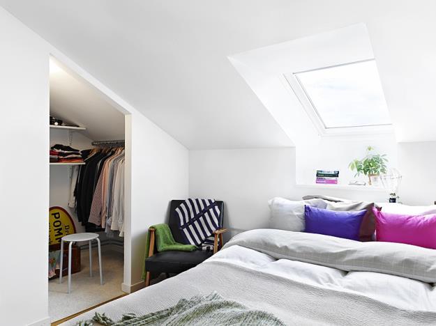 Khu vực nghỉ ngơi được bố trí khá đơn giản. Giường ngủ được kê sát cửa sổ, giúp lấy được ánh sáng tự nhiên tối đa vào phòng, tăng thêm diện tích cũng như sự thoáng sáng cần thiết cho không gian này.