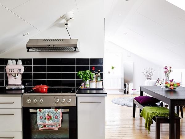 Bằng việc sử dụng gạch ốp đen giúp khu vực bếp nấu vô cùng sạch sẽ .