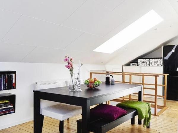 Bộ bàn ăn trang nhã với tông màu đen – trắng chủ đạo, đơn giản mà ấn tượng. Khu vực ăn uống cũng giữ vai trò chuyển giao sang phần không gian còn lại của căn hộ.